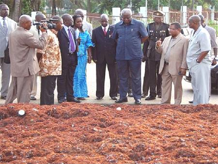 president-inspecting sea weeds – 070711