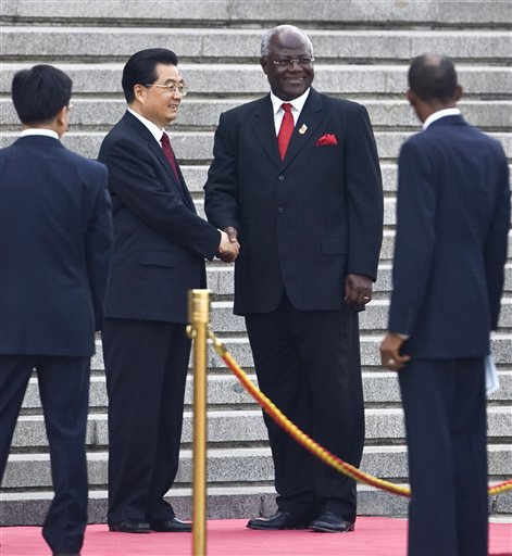 Chinese President Hu Jintao, second from left and Sierra Leone President Ernest Bai Koroma, third from left, shake hands at a welcome ceremony near the Tiananmen Square in Beijing, China, Monday, May 25, 2009. Ernest Bai Koroma is in China on a three-day state visit. (AP Photo/Alexander F. Yuan)