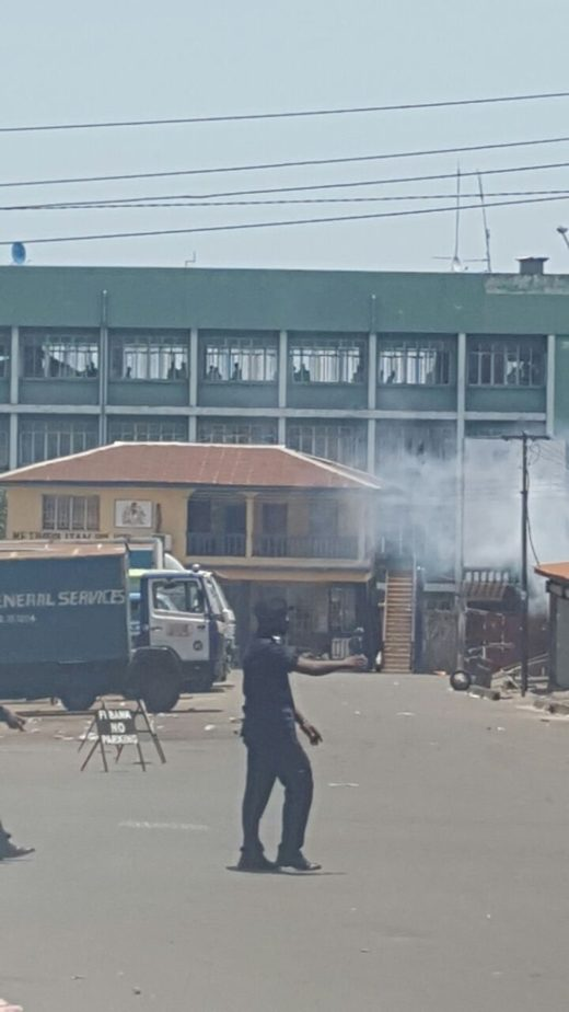 Police storms SLPP offices1