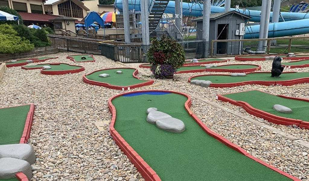 This mini golf course was refurbished in 2018, but while it is new, it's also a bit dinky. Don't say we didn't warn you.
