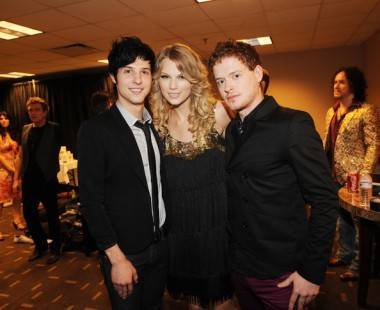 Hot Chelle Rae's RK Follese and Nash Overstreet with Taylor Swift at the CMT Awards 2009 photo
