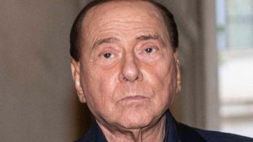 """Silvio Berlusconi, la foto con il portierone Donnarumma scatena gli utenti sui social: """"Non sembra Silvio"""""""