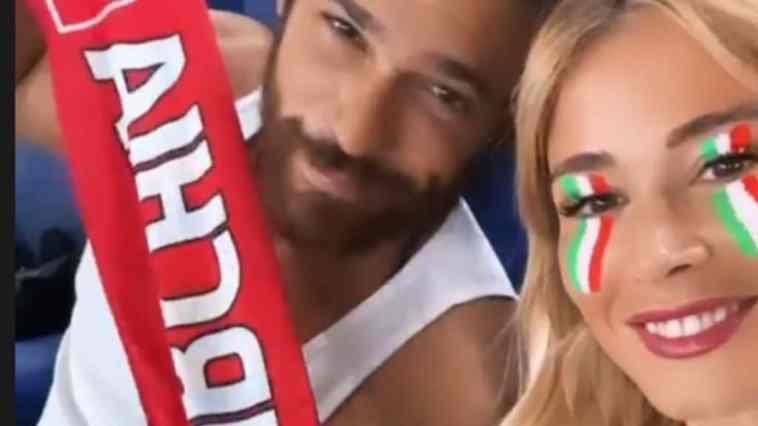 """Italia-Turchia diventa una sfida di """"famiglia"""" tra Diletta Leotta e Can Yaman. I video dalla tribuna sono esilaranti"""