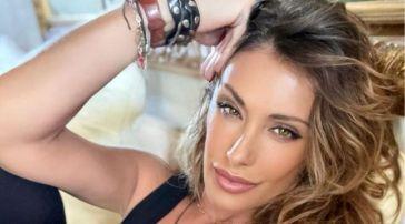 """Sabrina Salerno reagisce alle critiche, lo sfogo: """"Una cosa che ho naturale al mille per mille è il seno"""""""
