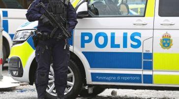 Uomo aggredisce 3 persone con ascia e piede di porco: gravi condizioni per un bambino. Dramma in Svezia