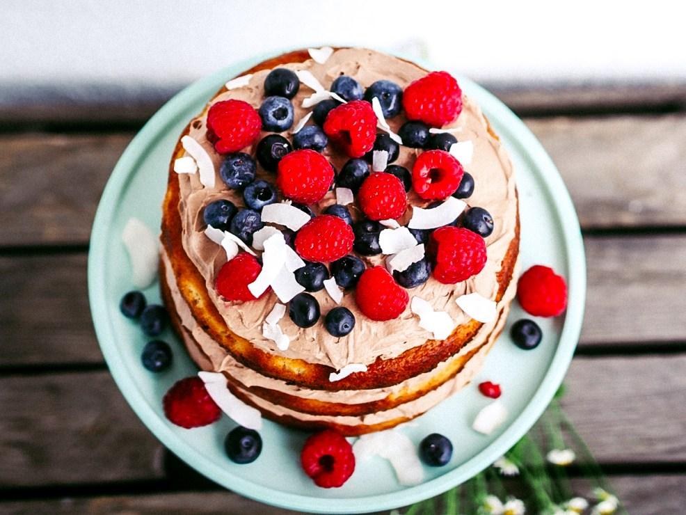 Vegan & glutenfrei backen: Mandelkuchen mit Kokos-Schoko-Creme und Beeren