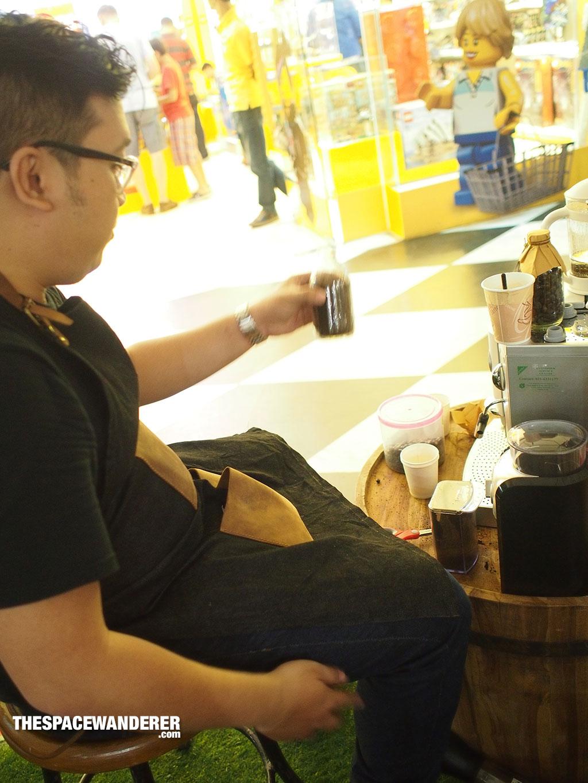 Eric setelah menggiling kopi