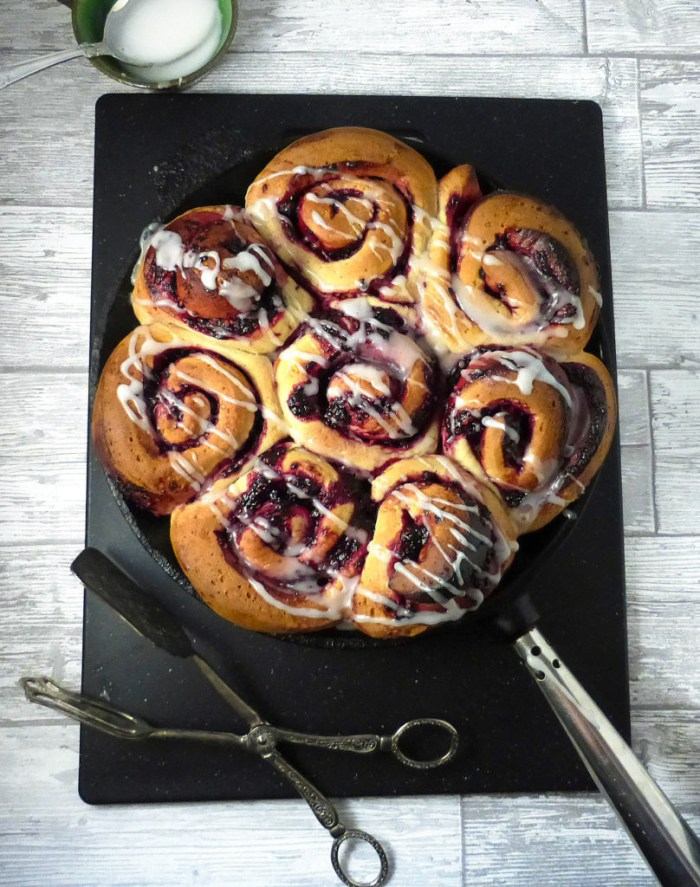picture of blackberry buns in a skillet