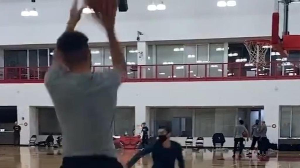 Watch: Steph Curry hits a staggering 105 consecutive 3-pointers during practice - THE SPORTS ROOM
