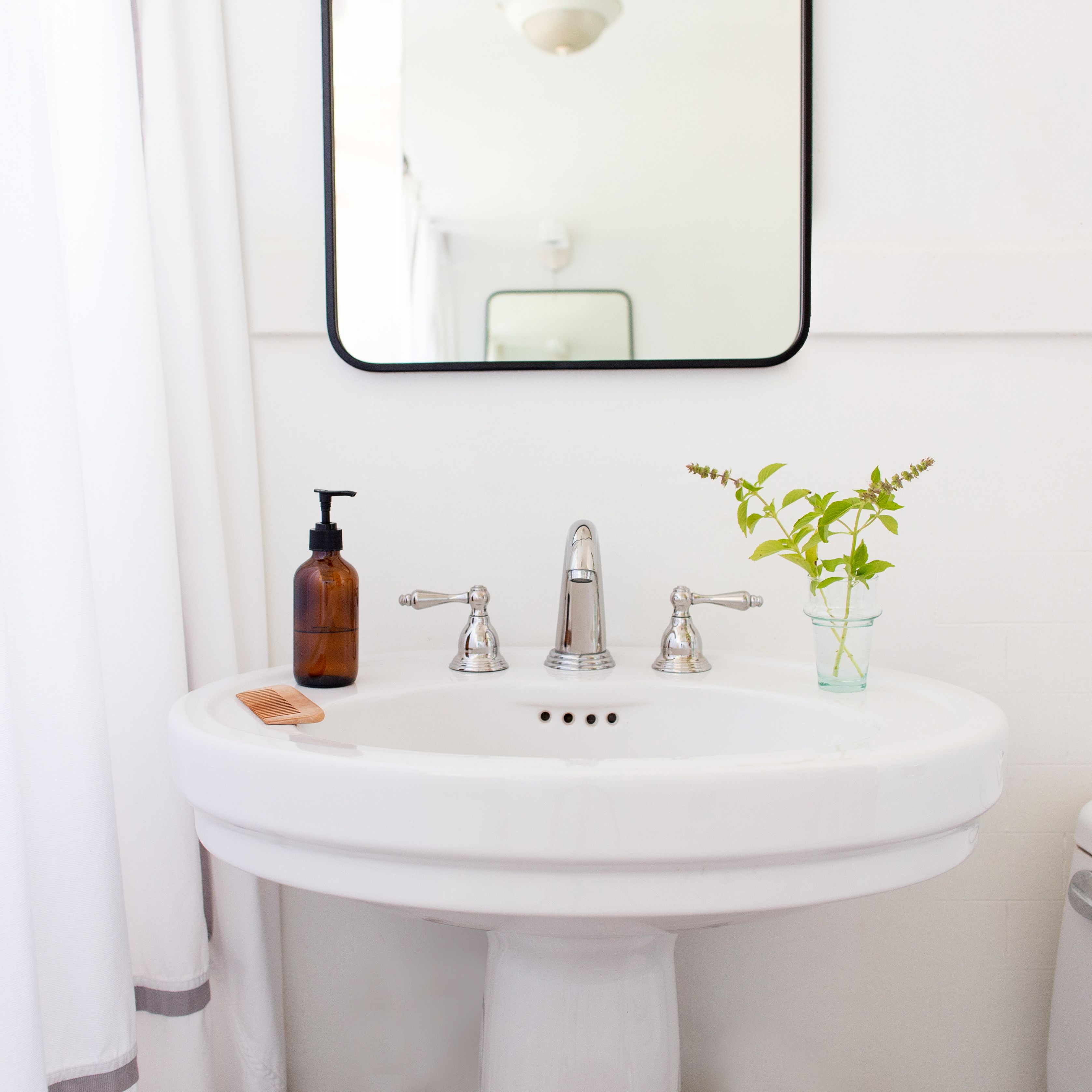 how to make a small bathroom look bigger