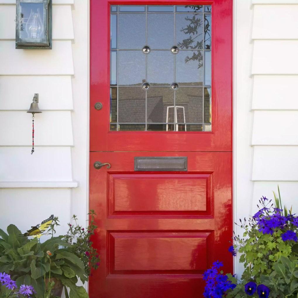 cửa trước màu đỏ với hoa