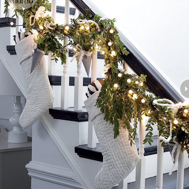 9 Beautiful Staircase Decorations For Christmas
