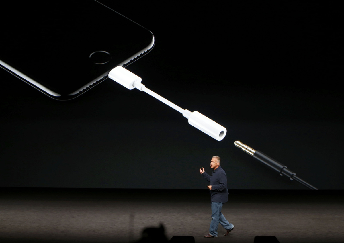 hight resolution of apple grabs fans by the ears by ditching headphone jack on iphone 7