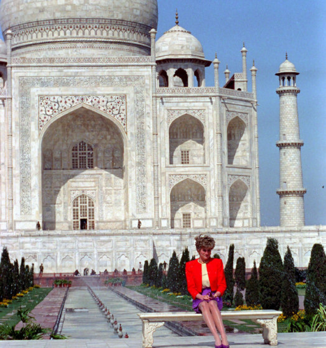 Diana, Princess of Wales, posed in front of the Taj Mahal  back in 1992 during her visit to India.