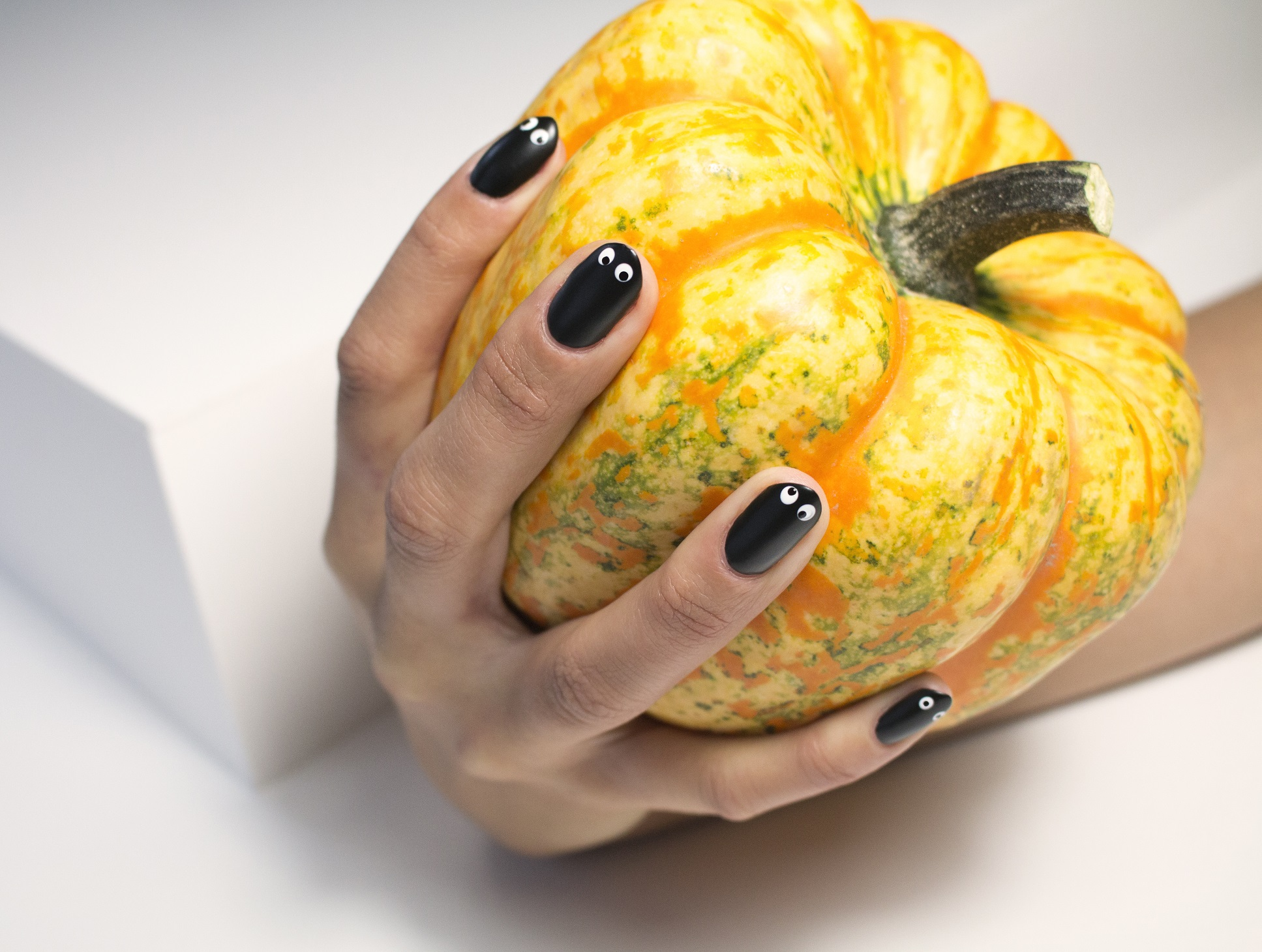 DIY Googly ghost eyes Halloween Manicure