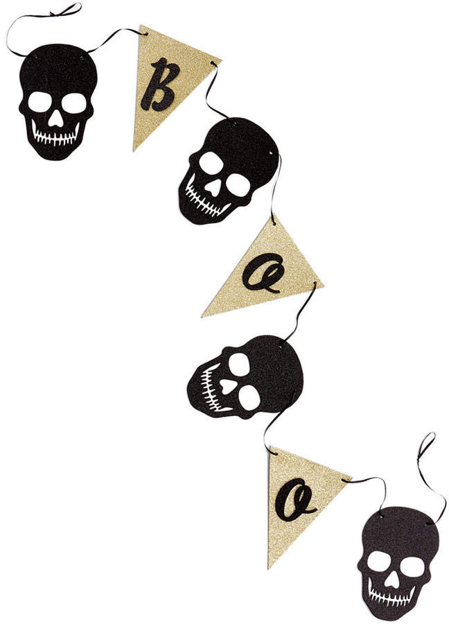 Put a touch of fright into your next spooky Halloween party with the Boo Paper Skull Halloween Garland