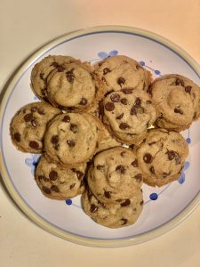 these vegan chocolate chip cookies are so easy to make! kids will never notice they are egg and dairy free https://www.thestatenislandfamily.com/vegan-chocolate-chip-cookie-recipe/