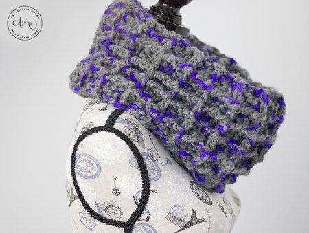 Chunky Waffle Cowl - Free Crochet Pattern   Scarf of the Month Club hosted by The Stitchin' Mommy and Oombawka Design   www.thestitchinmommy.com #ScarfoftheMonthClub2019