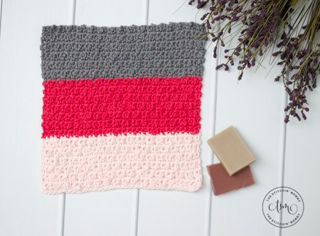 Nubby Scrubby Color Block Washcloth - Free Crochet Pattern | www.thestitchinmommy.com #CALCentral