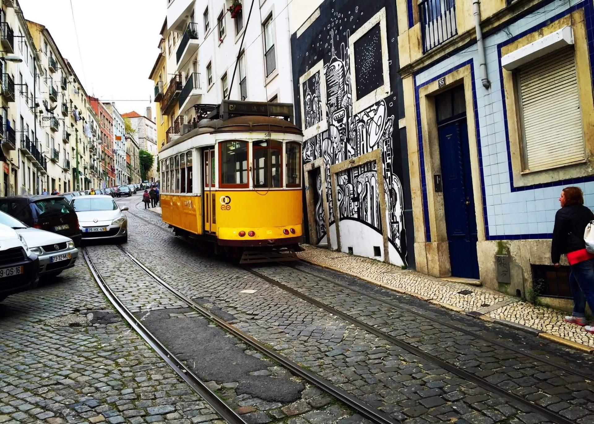 Lisbon-streets-Lisbonne-rue-cable-car
