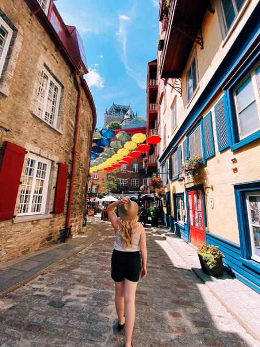 Chateau-Fleur-De-Lys-parapluie-rue-cul-de-sac