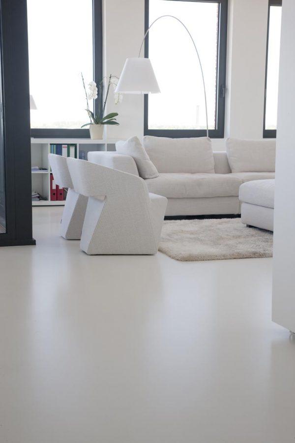 Witte gietvloer woonkamer  THESTYLEBOX