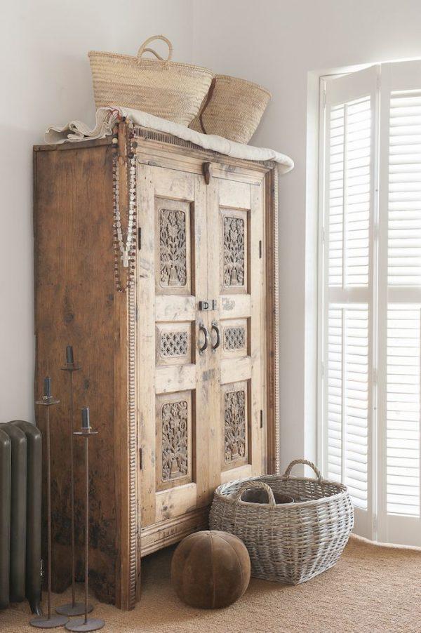 Oude houten kast in de slaapkamer  THESTYLEBOX