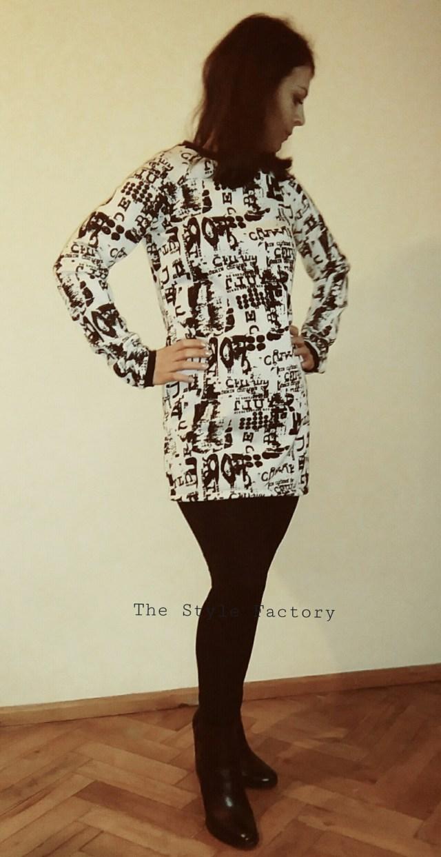 Tunika swetrowa w kolorze ecru z czarnym nadrukiem