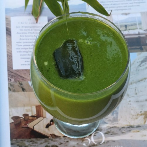 Green smoothie with an ice cube - blog on Instagram fitness
