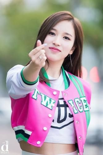 K-Pop 101 finger hearts