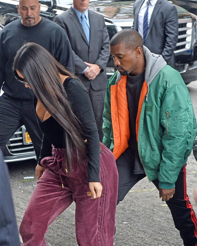 Kim Kardashian and Kanyew West Arrives in New York City Apartment coming in from Paris