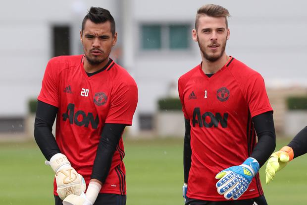 Sergio Romero (l) wants to stay at Old Trafford for a long time, unlike his pal David de Gea