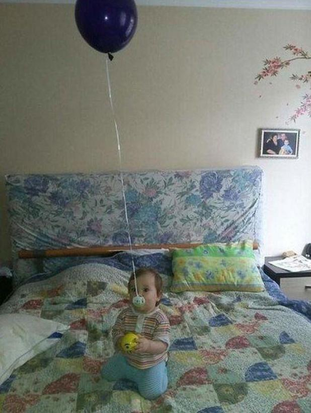 Una madre se asegura de que el maniquí de su hijo no caiga al suelo colocándolo en un globo de helio