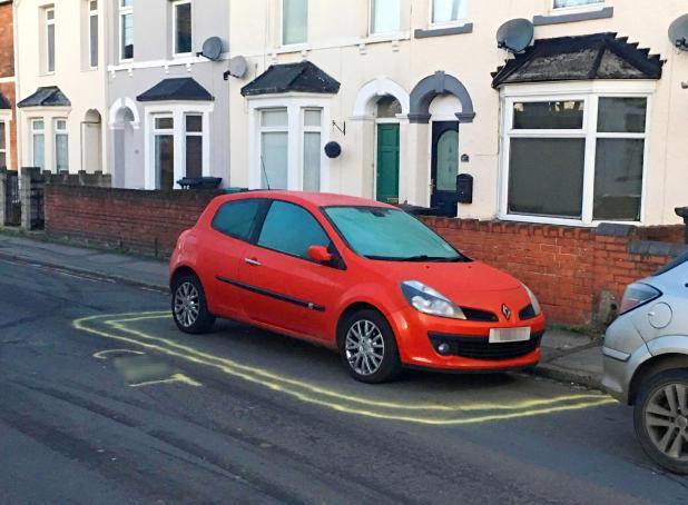Un residente furioso ha pintado la palabra c en torno a un automóvil mal estacionado en su calle
