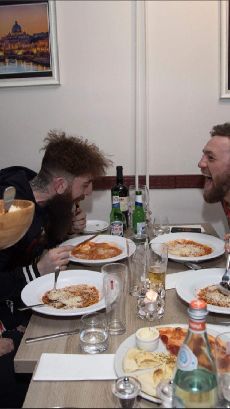 Conor McGregor eats pizza during his stay in Amsterdam