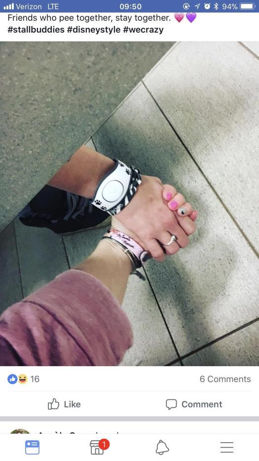 Dos chicas se toman de la mano mientras usan el retrete en una declaración extraña sobre la amistad