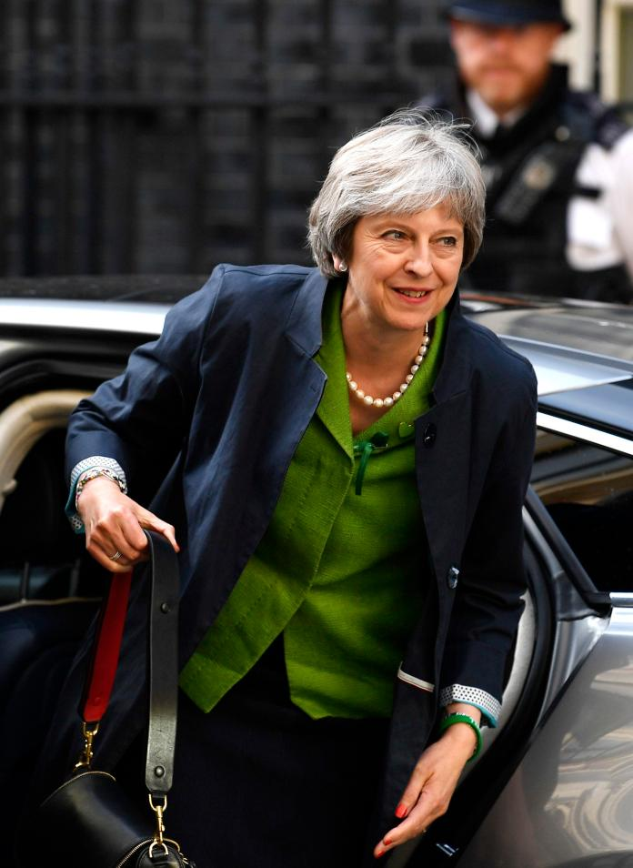 Theresa May causar uma discussão entre e-mails de saída e de acordo com a causa do acordo Brexit