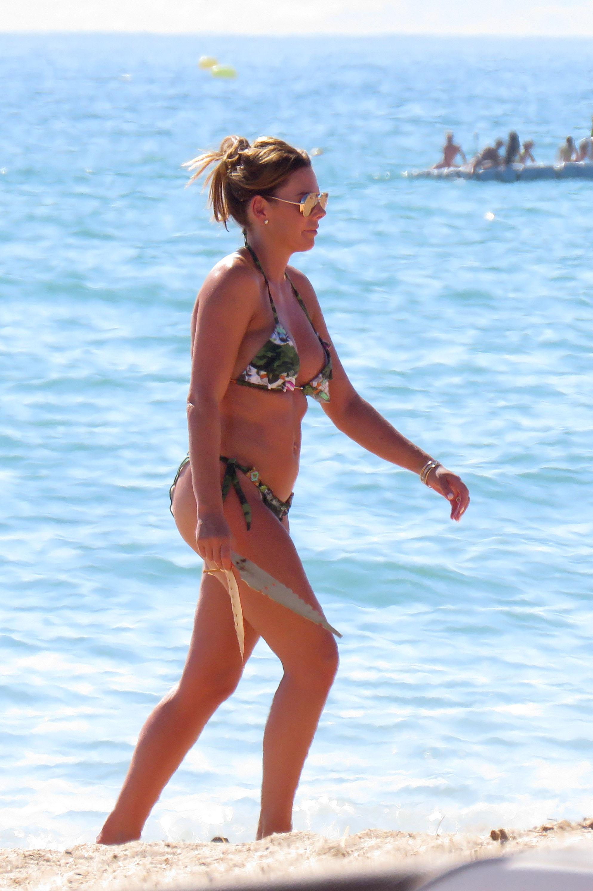 Toni looked stunning as she took a stroll on the beach