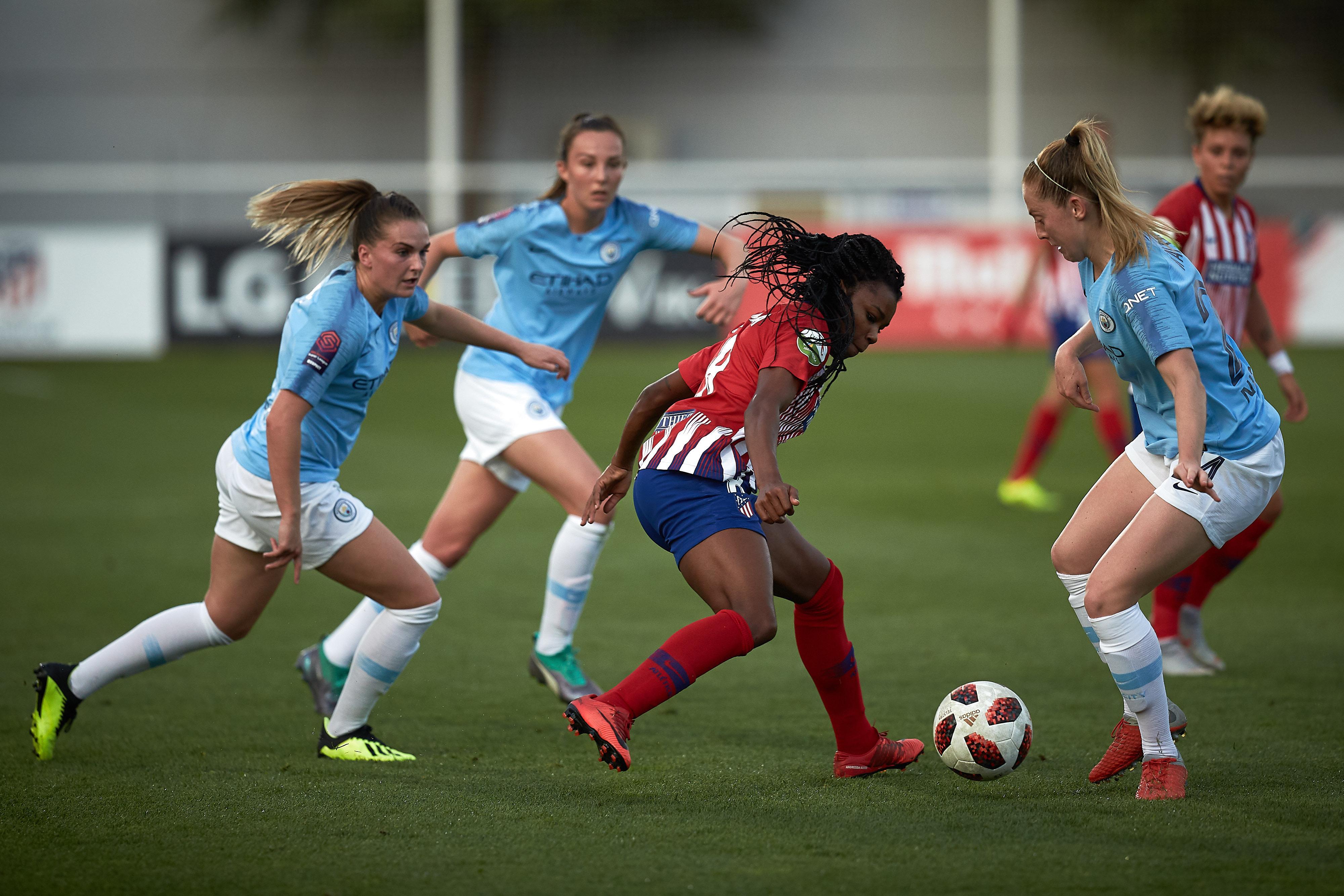 Ludmila Da Silva takes on Manchester City's Gemma Bonner