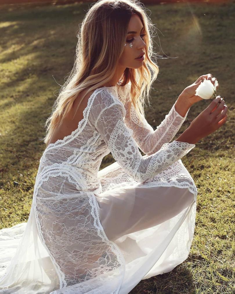 Esta noiva estará deixando ainda menos para a imaginação que ela negociou neste vestido nu usado em um dia de verão