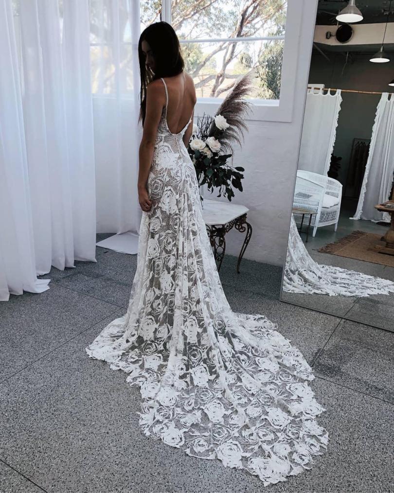 Mantendo a aparência tradicional flutuante, esta noiva optou por forro de pele para uma ilusão que teria feito cabeças virar e bochechas corar