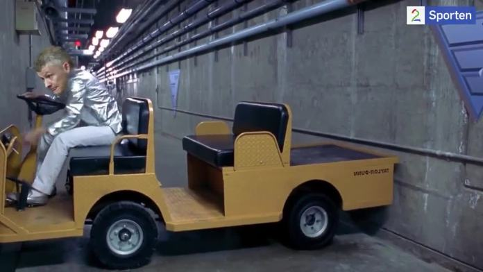The clip famously shows Austin Powers struggling to get his luggage cart out of a narrow corridor