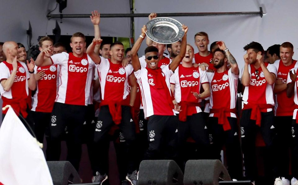 David Neres lifts the Eredivisie title, which was sealed last night with a 4-1 win over De Graafschap