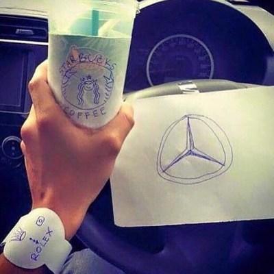 Tak hanya minumannya saja, dia juga menggambar merk mobil BMW dan ditaro distir mobilnya.