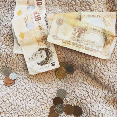 beberapa mata uang asing juga dijadikan ajang pamer dan uang sendiri menggambarkan isi dari dompet setiap orang.