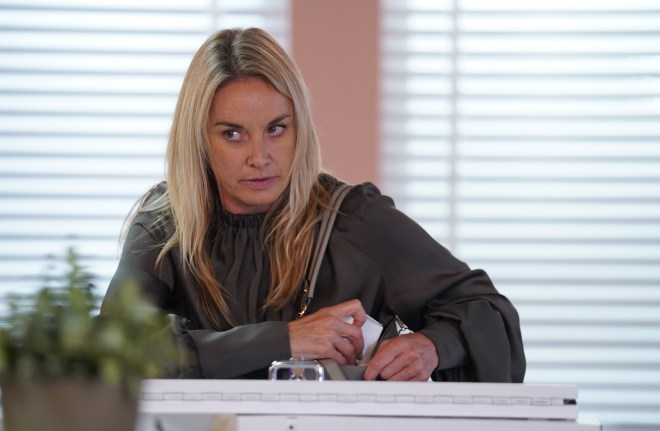 Could Hunter's mum Mel Owen be shot by him in EastEnders?