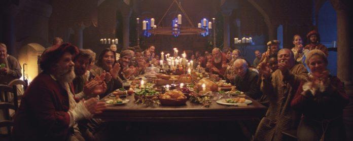 Les habitants accueillent Edgar et Ava à la fête, applaudissant au nouveau tour de Edgars