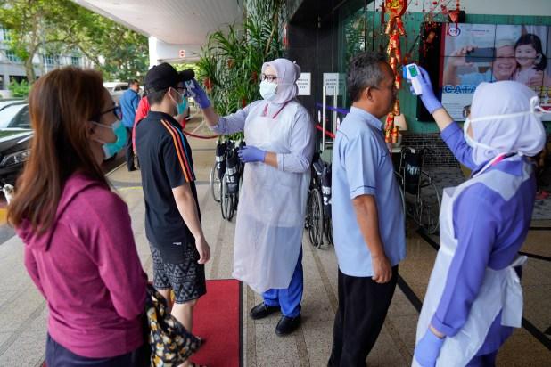 随着报道的冠状病毒病例增加,马来西亚增加了检查并停止了飞行