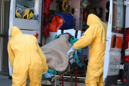 Ambulâncias e profissionais de saúde são vistos do lado de fora do Hospital de Pádua, norte da Itália