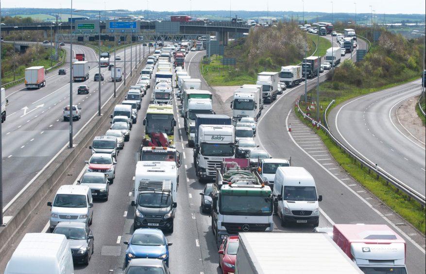 Los automovilistas se sentaron en el tráfico de embotellamiento en la M25 cerca de Dartford en Kent el año pasado